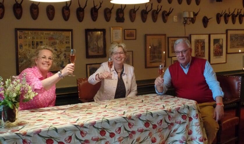 Miranda Njjenhuis (midden) brengt samen met Liesbeth en Klaas Bakker een toost uit op haar veertigjarig dienstverband bij Hotel Bakker. Foto: Jan Hendriksen.