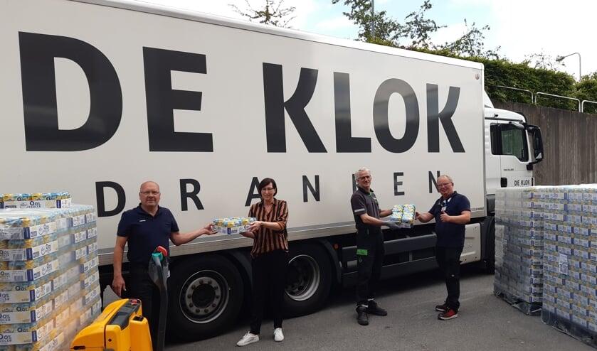 1400 sixpacks voor medewerkers SKB. Foto: Henri Walterbos