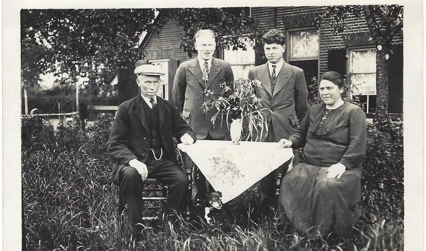 Gerrit Wolsink (2e van links) tussen zijn familie in 1936. Foto: G. Wolsink