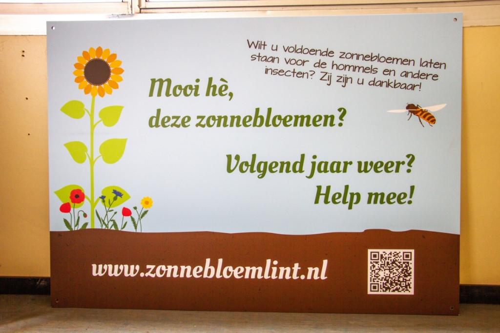 Het bord zal langs het zonnebloemenlint worden geplaatst. Foto: Liesbeth Spaansen  © Achterhoek Nieuws b.v.
