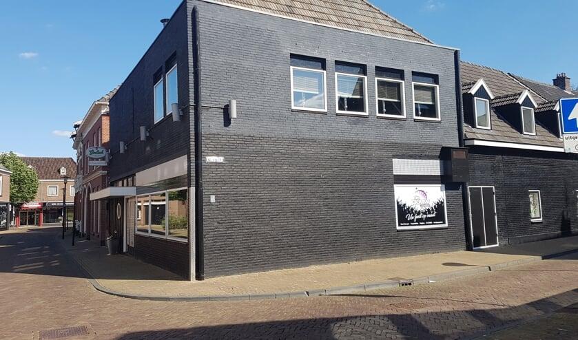 Het pand op de hoek van de Kerkstraat en de Lepelstraat, bekend als 'de Pauw', zou verbouwd kunnen worden tot 9 appartementen. Foto: Kyra Broshuis