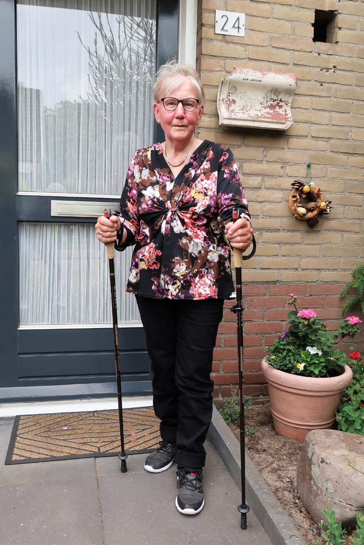 Marietje Lensink-Mokkink maakt zich op voor een wandeling. Foto: Theo Huijskes Theo Huijskes © Achterhoek Nieuws b.v.