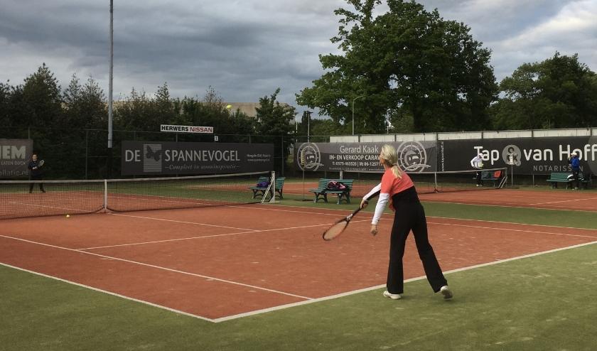 Enkelspel is weer toegestaan op de tennisbanen in Hengelo. Foto: PR HLTC Het Elderink