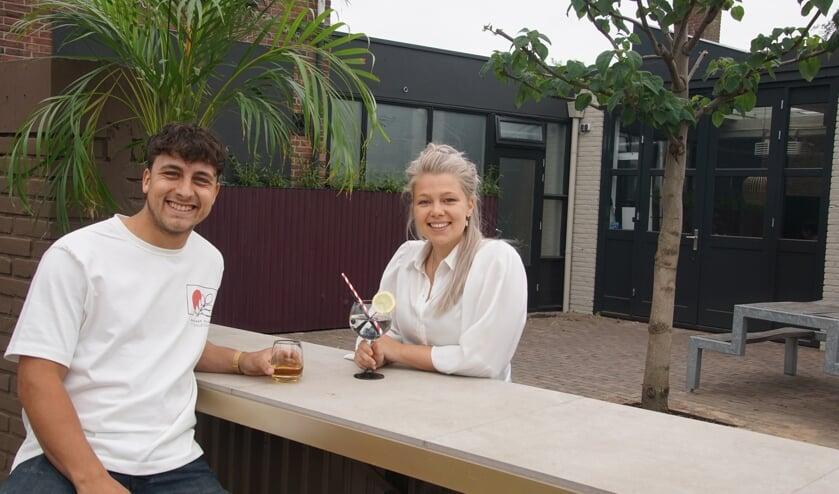 Peter Masselink en Elles Houthuijzen op het terras van hun LUCK Café. Foto: Frank Vinkenvleugel