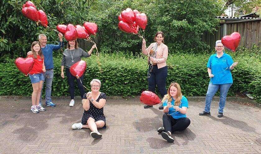 Organisatoren en bezorgers van het 'Geluksmomentje' voor Berkellandse mantelzorgers: achter vlnr Haidy Jansen en haar gezin, Madelon Kuijk en Veronica Kasteel, zittend een van de Jimmy's (rechts) en Bianca Wessels.  Foto: Rob Weeber
