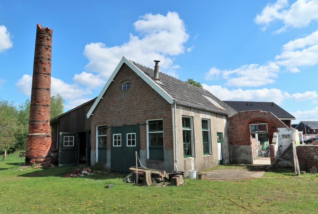 De inmiddels verder ingezakte fabrieksschoorsteen. Foto: Theo Huijskes Theo Huijskes © Achterhoek Nieuws b.v.