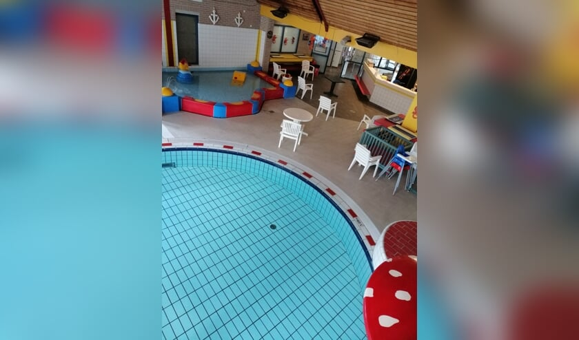 Zwembad de Brink nu nog leeg; overzicht van het terras conform de corona-regels. Foto: PR