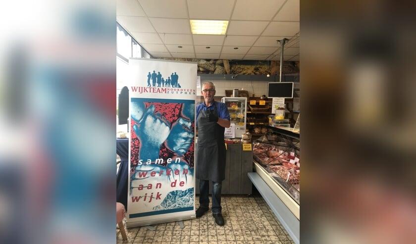 Henk Lammers bij de banner van Wijkteam Noordveen (met het wijkteam zelf op de foto kan nu immers niet). Foto: PR