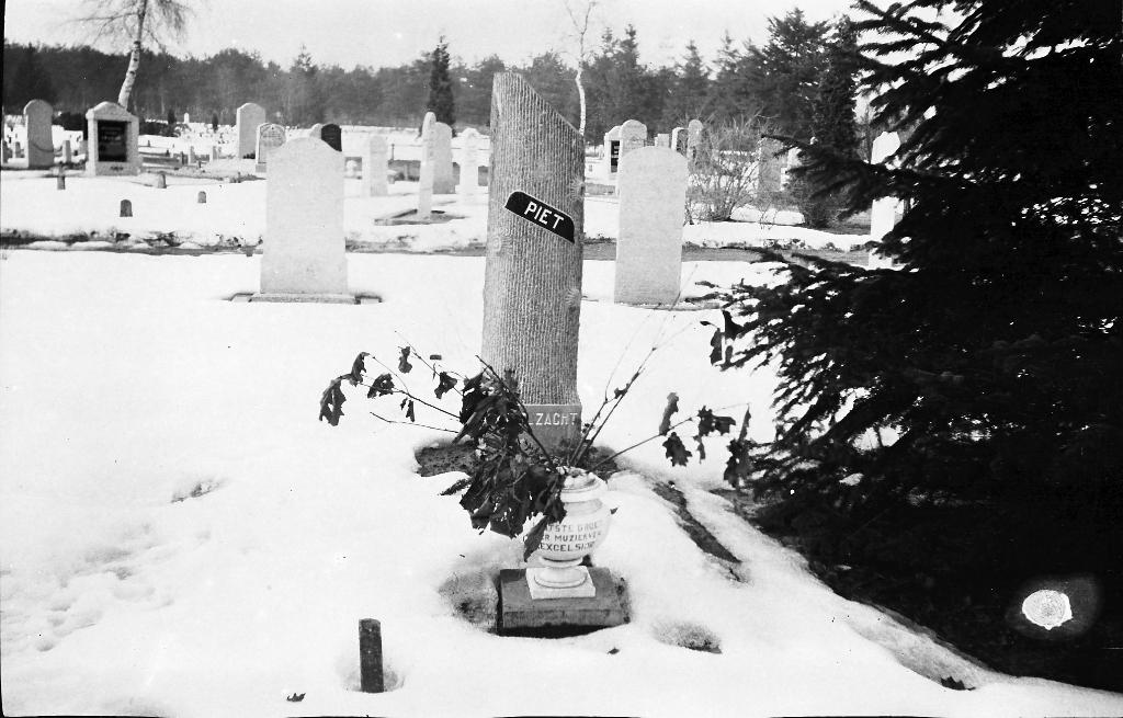 Het Eibergse graf van Piet Sloot.  © Achterhoek Nieuws b.v.