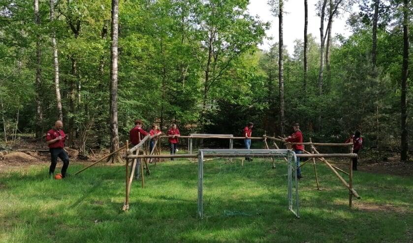De explorers hebben een levend tafelvoetbalspel gemaakt en gespeeld. Foto: M. Arends