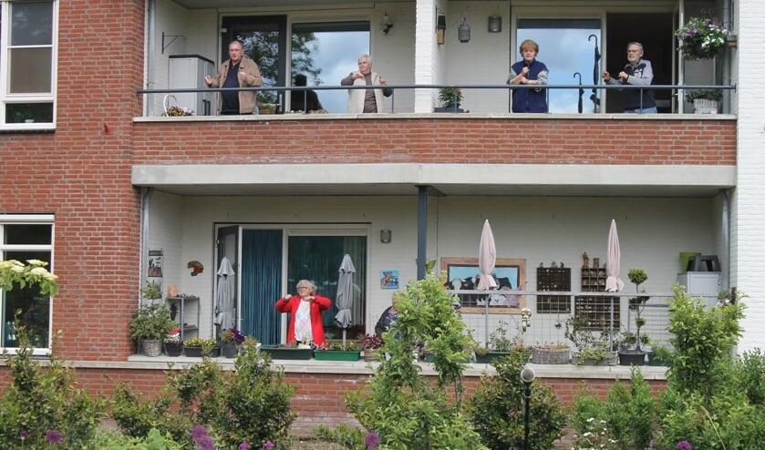 Bewoners van het Hemminkhof te Ruurlo doe mee met de balkontraining. Foto: SFB