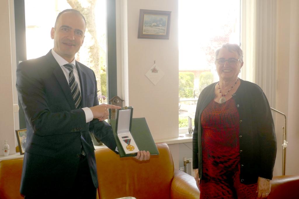 De Hongaarse ambassadeur reikt het Gouden Kruis van Verdienste uit aan Leni Bakker. Foto: Pieter Biezenaar  © Achterhoek Nieuws b.v.