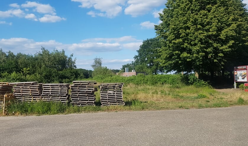 Op deze plek, aan de rand van de wijk Brouwhuizen, naast het fietspad naar Vion, stonden enkele jaren geleden arbeidersmigrantenwoningen gepland. De buurt was fel tegen. Foto: Kyra Broshuis