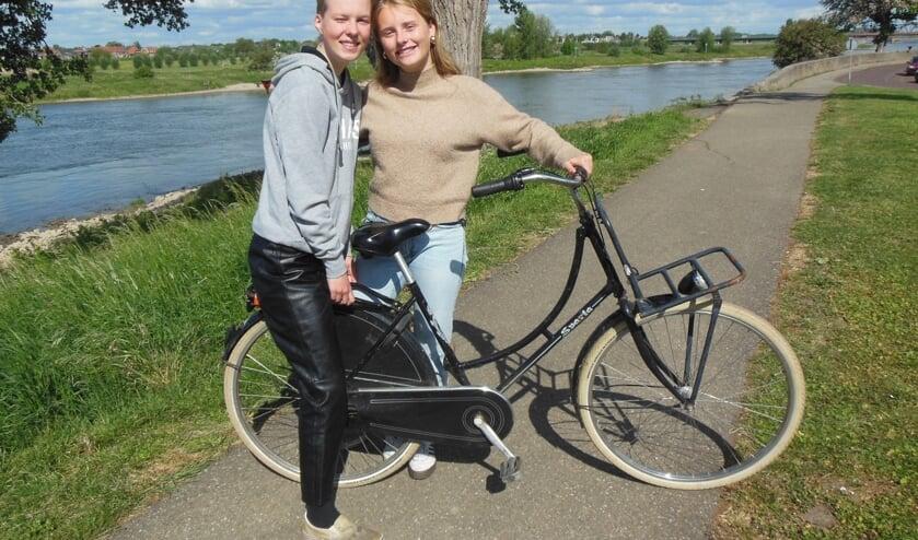 Cato en Lotte lieten de IJssel voor wat ie was. Ze fietsten naar Amsterdam. Door weer en wind. Foto: Eric Klop