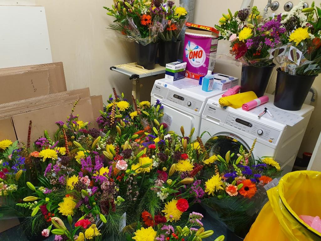 Overal bloemen in de kelder van het SKB. Foto: Henri Walterbos  © Achterhoek Nieuws b.v.