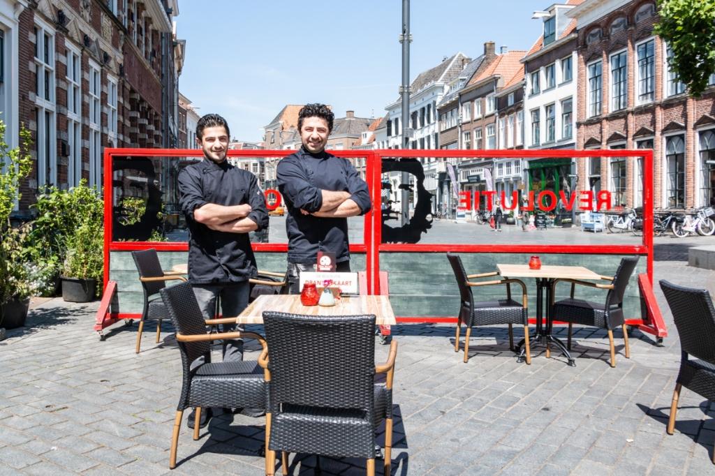 De broers Sindy van restaurant De Revolutie hebben het terras helemaal klaar voor de eerste gasten maandag. Foto: Henk Derksen  © Achterhoek Nieuws b.v.