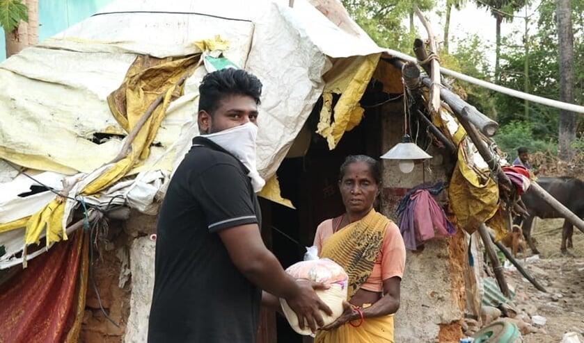 Distributie van voedsel in sloppenwijken. Foto: PR