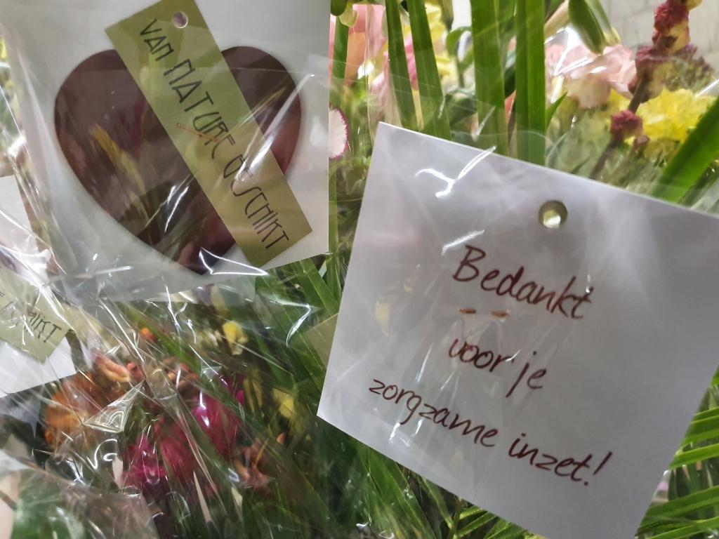 Alle boeketten waren voorzien van een kaartje met de tekst 'Bedankt voor je zorgzame inzet'. Foto: Henri Walterbos  © Achterhoek Nieuws b.v.