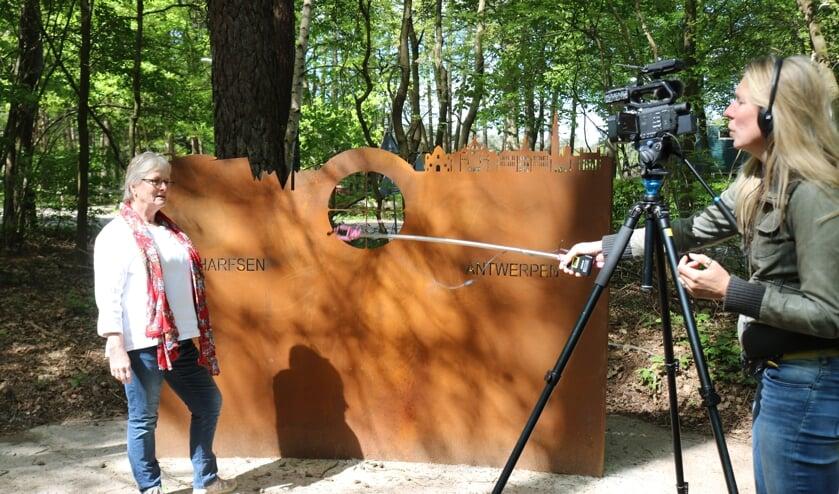 Kunstenares Anneke Hogenhout wordt bij het V1-monument geïnterviewd door Lonneke Gerritsen. Foto: Arjen Dieperink