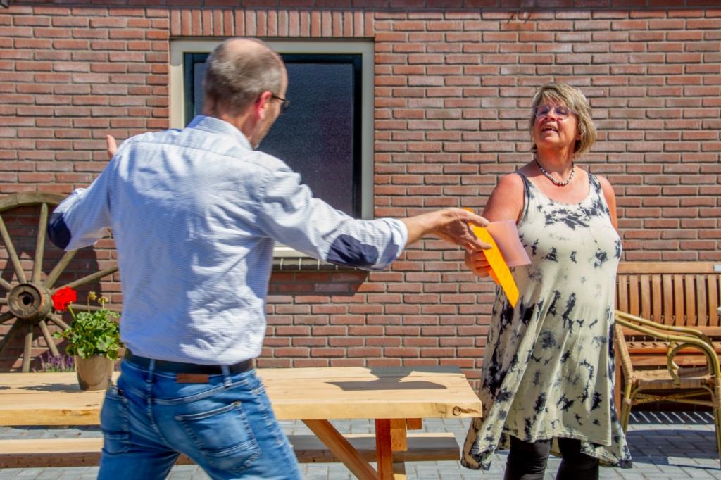 Penningmeester van Nieuw Leven Annet Voorburg ontvangt een cheque van voorzitter SOT Stef Groot Nibbelink. Foto: Liesbeth Spaansen  © Achterhoek Nieuws b.v.