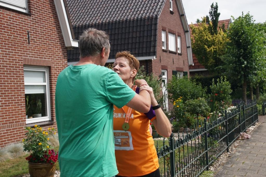 Esthers echtgenoot begroet haar bij terugkomst en hangt haar de medaille om. Foto: Frank Vinkenvleugel  © Achterhoek Nieuws b.v.
