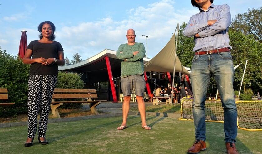 Vlnr: Selma Lotterman, Bas van Bolhuis en voorzitter Tom van der Laan van LHC. Foto: Henri Bruntink