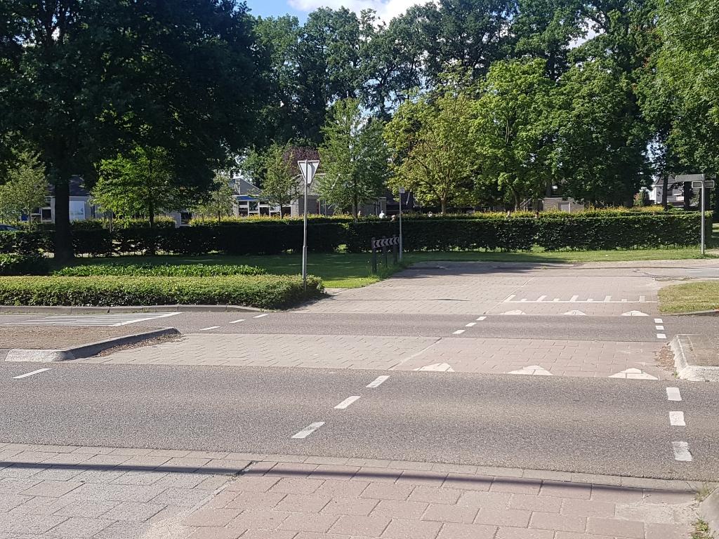 De oversteek vanuit Het Hooiland richting De Leeuw wordt aangepakt. De vraag is of de maatregelen voldoen. foto: Kyra Broshuis © Achterhoek Nieuws b.v.