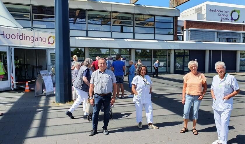 SKB-pensionado's Wim Doorakkers, Autje Sesink, Marieke Beijer en Marianne Dijkgraaf (vlnr) vertrekken zonder handdruk of knuffel. Foto: Henri Walterbos