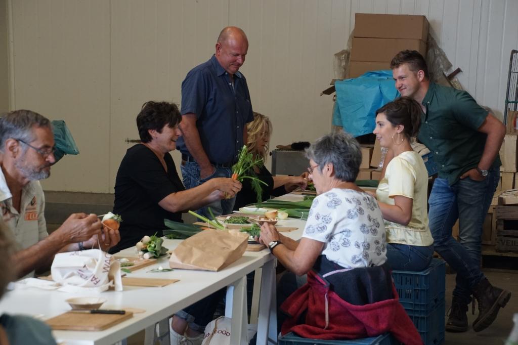 Gert Smits kijkt toe bij het maken van het bouquet garni. Foto: Frank Vinkenvleugel  © Achterhoek Nieuws b.v.