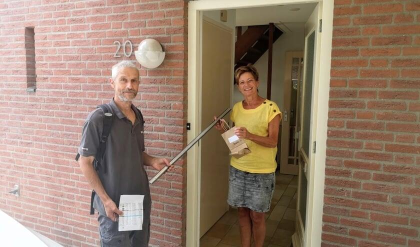 Léon Tromp van LochemEnergie levert deurstrips af bij mevrouw Hendriksen in Lochem. Foto: Henri Bruntink