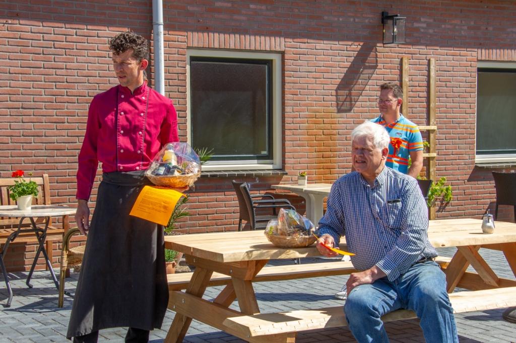 Jurgen (l.) en Johan Wunderink (zittend) ontvingen attenties van de SOT. Foto: Liesbeth Spaansen  © Achterhoek Nieuws b.v.