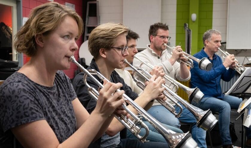 Trompettisten van Eendracht Aalten tijdens een repetitie in het begin van dit jaar. Foto: PR
