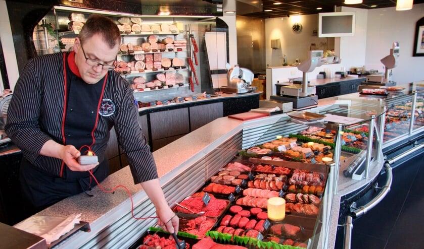 'Mijn energierekening is 250 euro per maand lager', zegt slager Vincent Gosselink. Foto: Eveline Zuurbier