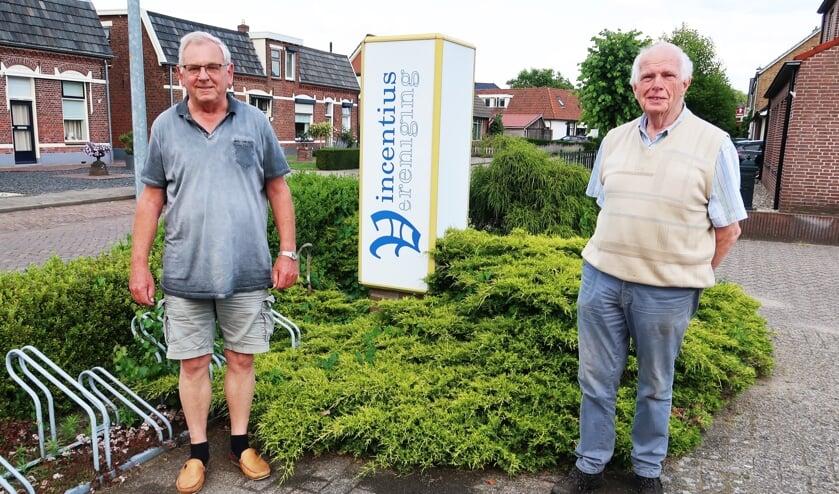Gerard Wissink (rechts) en Tonny Starte nabij het Vincentiushuis in Groenlo, tevens uitgiftepunt van de Voedselbank Oost-Achterhoek. Foto: Theo Huijskes