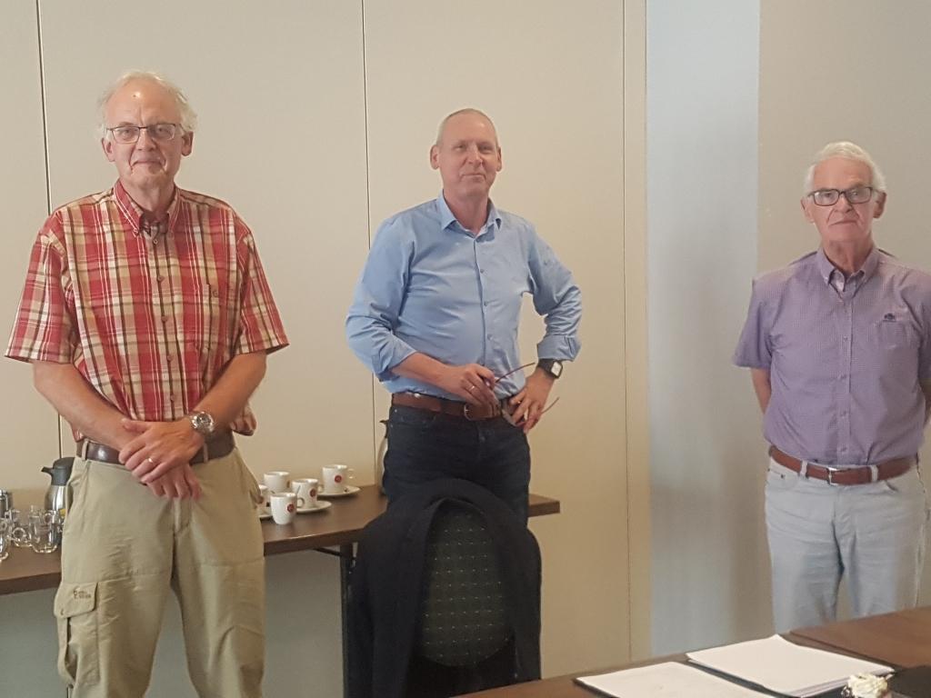 De overeenkomst wordt getekend. Vlnr Gerard Kamp van de Vincentiusvereniging, wethouder Jos Hoenderboom, Hans Tops van De Mattelier.  Foto: Kyra Broshuis  © Achterhoek Nieuws b.v.