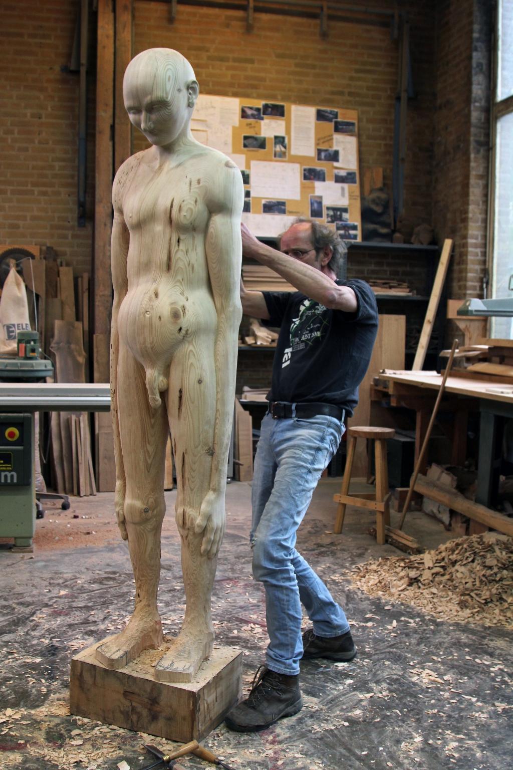 In zijn werkplaats werkt Daan de Leeuw aan zijn kunstwerk 'De naakte waarheid'.Foto: Annemiek Mennink  © Achterhoek Nieuws b.v.