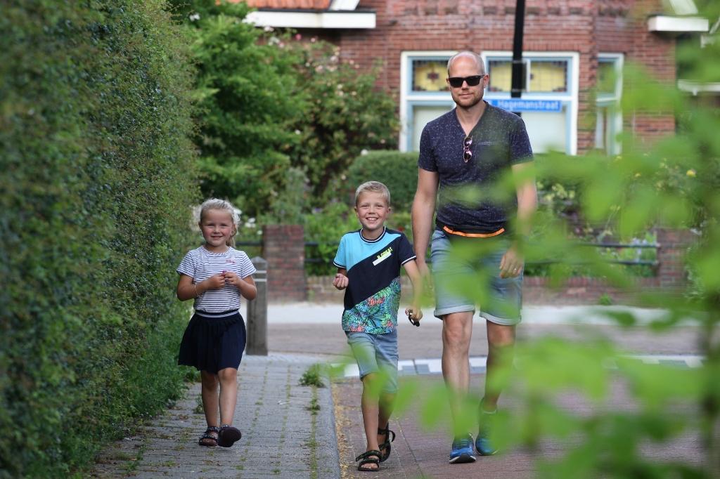 Nikki, Stan en René onderweg voor de Avondvierdaagse Home Edition. Foto: Dick Lammers  © Achterhoek Nieuws b.v.