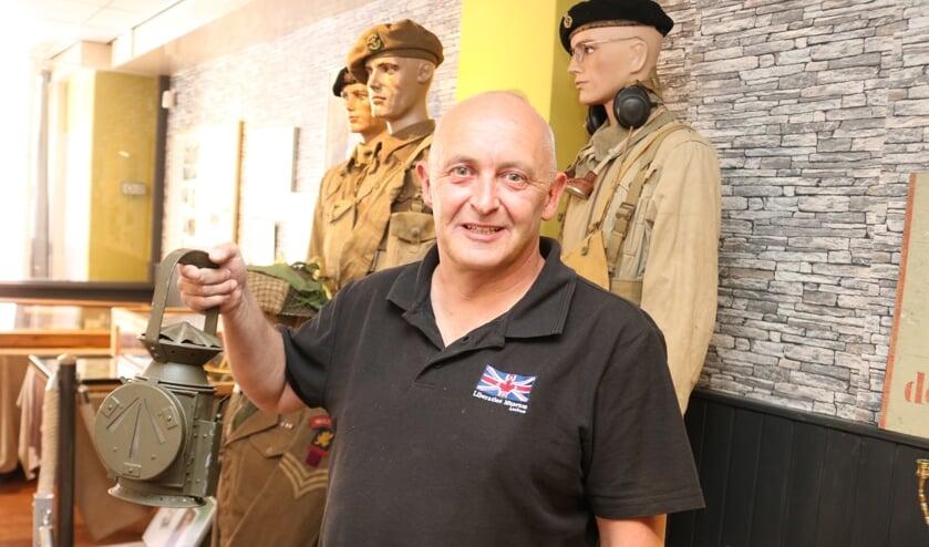 Suppoost Jeroen Albers verwelkomt de bezoekers van het bevrijdingsmuseum. Foto: Arjen Dieperink