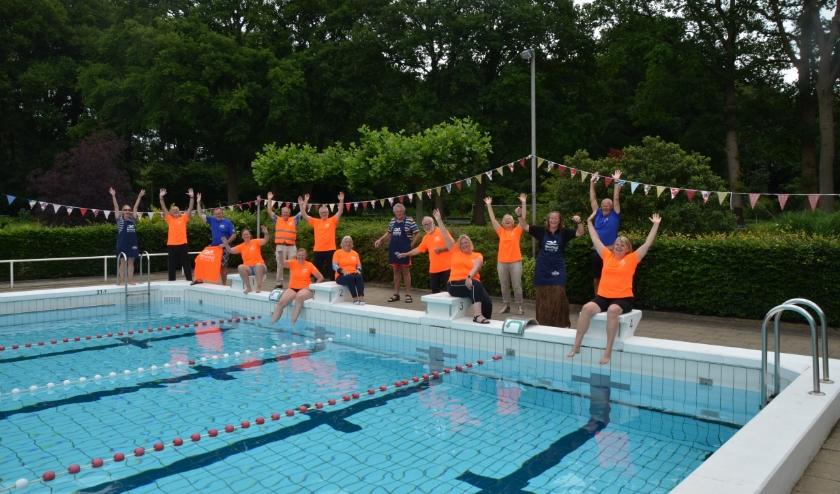 De geslaagde vrijwilligers van het Hessenbad in hun nieuwe outfit. Foto: Wim Lammertink