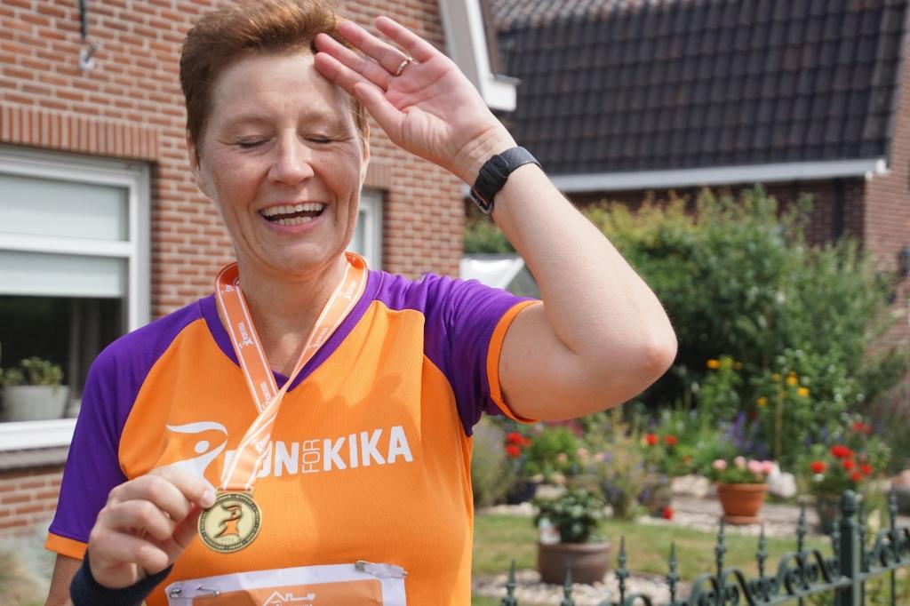 Esther, met medaille, komt bij van haar 7,5 km-run. Foto: Frank Vinkenvleugel  © Achterhoek Nieuws b.v.