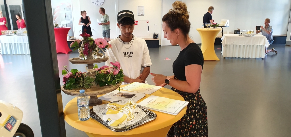 De diploma-uitreiking bij directeur Barbara Schimmel. Foto: Rob Weeber  © Achterhoek Nieuws b.v.