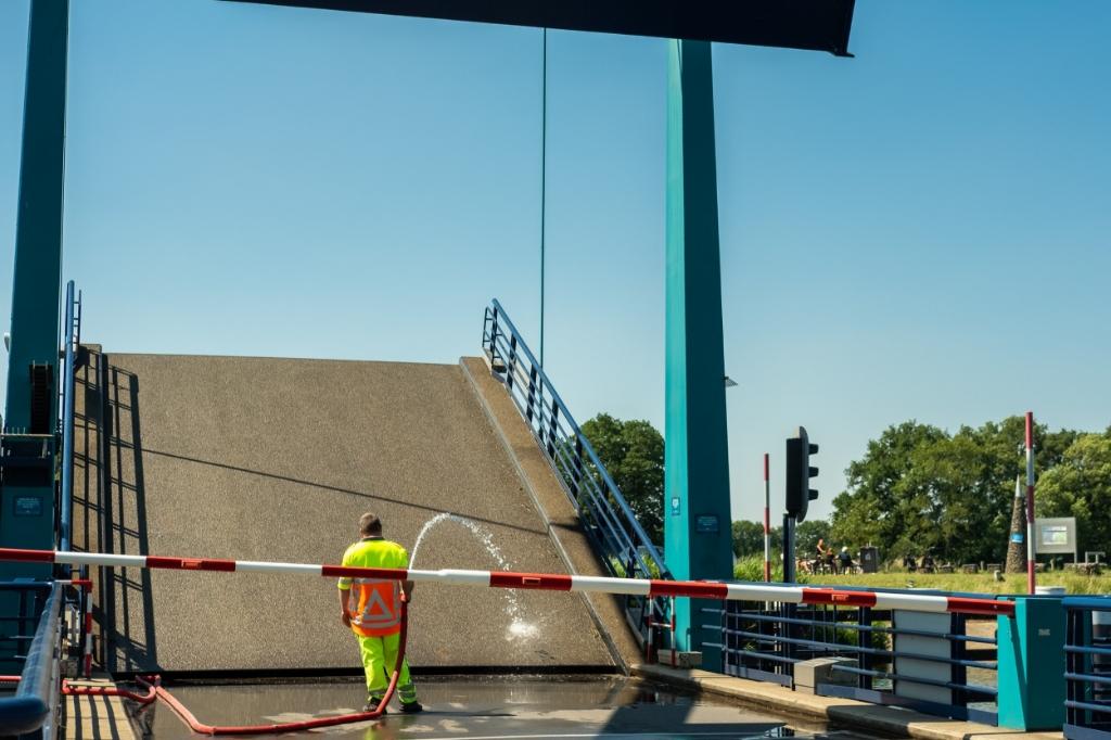 Brug bij Laag Keppel over de Oude IJssel wordt gekoeld met water. Foto: Burry van den Brink  © Achterhoek Nieuws b.v.