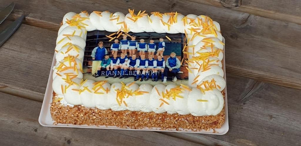 De taart met het eerste kampioensteam van Rianne als trainer. Foto: PR  © Achterhoek Nieuws b.v.