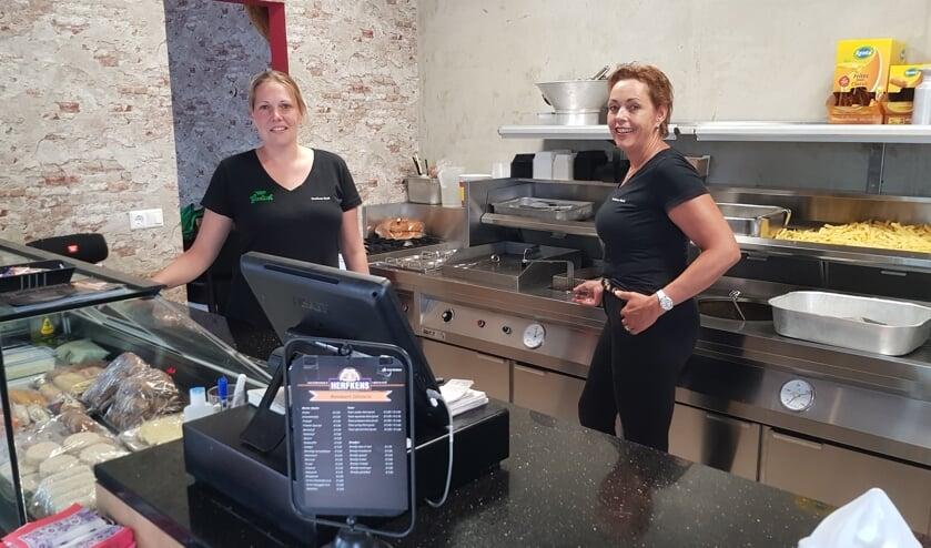 Tineke Herkens en Ria Kapper in de nieuwe cafetaria bij café Herfkens. Foto: Alice Rouwhorst