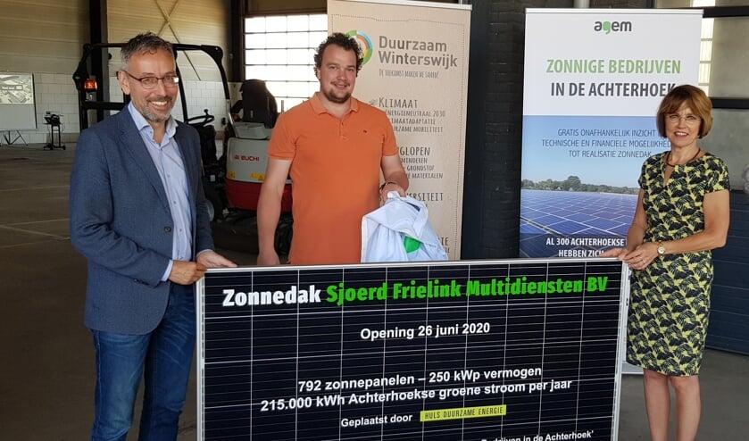 Jan van der Meer (links), Sjoerd Frielink en Tineke Zomer onthullen een informatief zonnepaneel. Foto: Han van de Laar
