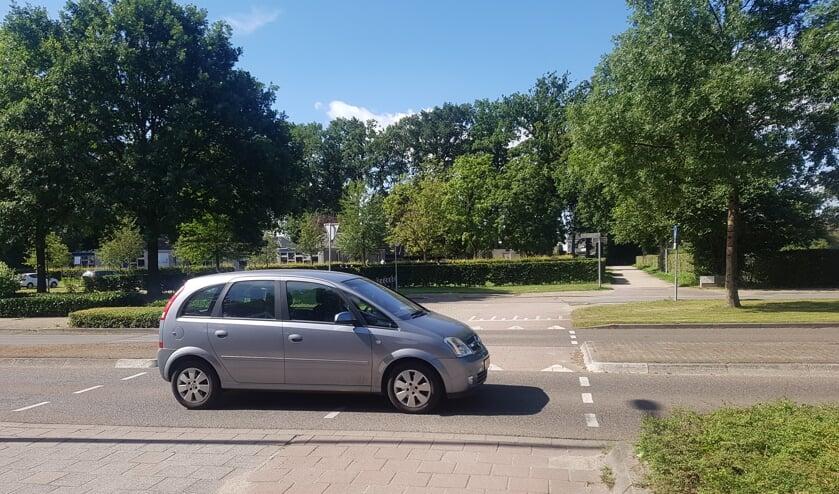 De oversteek vanuit Het Hooiland richting De Leeuw wordt aangepakt. De vraag is of de maatregelen voldoen. Foto: Kyra Broshuis