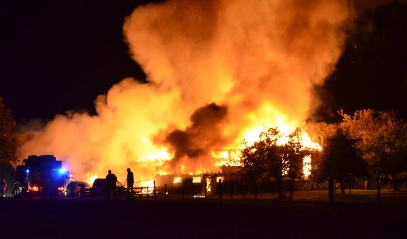 Uitslaande brand in woonboerderij en bijbehorende schuren in Almen. Foto: GinoPress B.V.