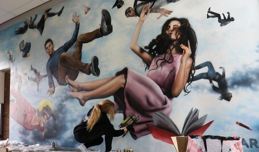 Street art artist Rosalie de Graaf aan het werk op Marianum in Lichtenvoorde. Foto: RoosArt