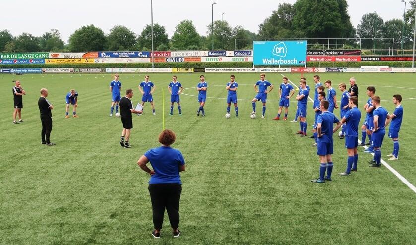 De eerste groepstraining van de eerste selectie van Grol onder leiding van de nieuwe hoofdtrainer William Krabbenborg. Foto: Theo Huijskes