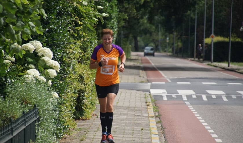 Esther Schuurman onderweg tijdens haar Run for KiKa.  Foto: Frank Vinkenvleugel